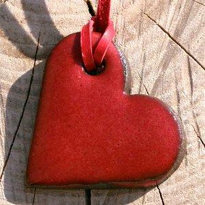 Náhrdelník- srdíčko z pálené hlíny karmínová láska 30 x 35 mm