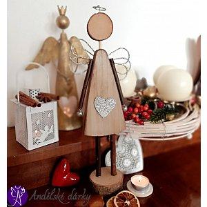 Anděl ze dřeva  se srdcem 37 cm