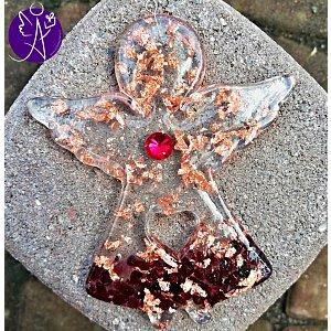 Orgonitový andílek láska a pokora s granátovým srdcem 10 x 8 cm