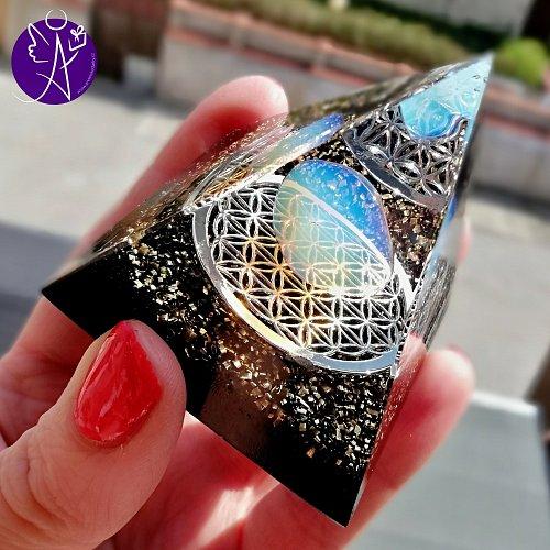 Orgonitová pyramida - magie ženy s květem života 6x6xcm