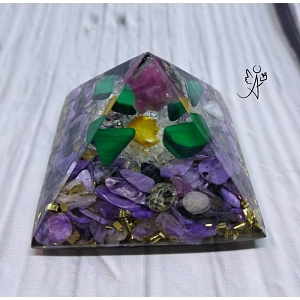 Orgonitová pyramida  Andílkova ochrana - čaroit, malachit, turmalín, špony 4x4 cm